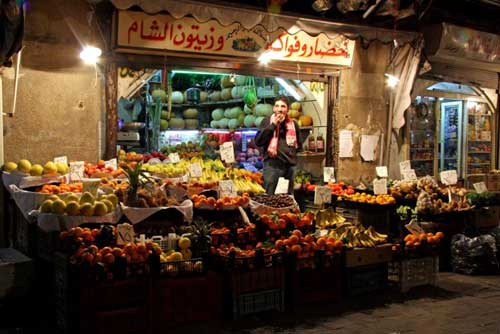 Fabuleux mélange de parfums et de couleurs, le souk est un espace précieux de convivialité et de vie.